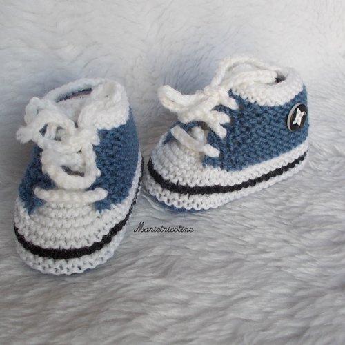 Chaussons bébé en laine mérinos 0/3 mois forme baskets tricotés main bleu jean noir blanc marietricotine