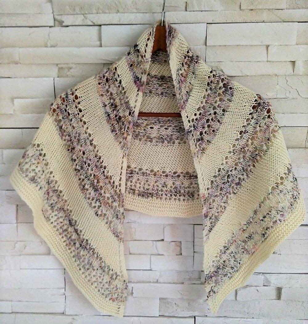 """Châle """"VIOLETTE"""" fait main 100% laine mérinos, Chauffe épaules tricot, étole, chèche laine écru, écharpe ajourée tricot"""