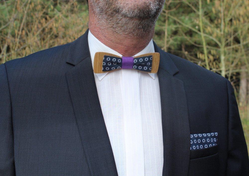 Noeud papillon slim en bois et tissu sowi bleu marine et blanc fil violet