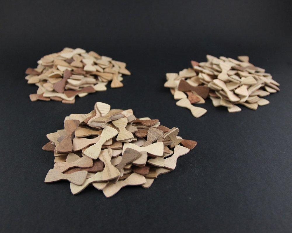 Réservé : lot de 300 petits noeuds papillon en bois (essences variées) pour faire part de mariage