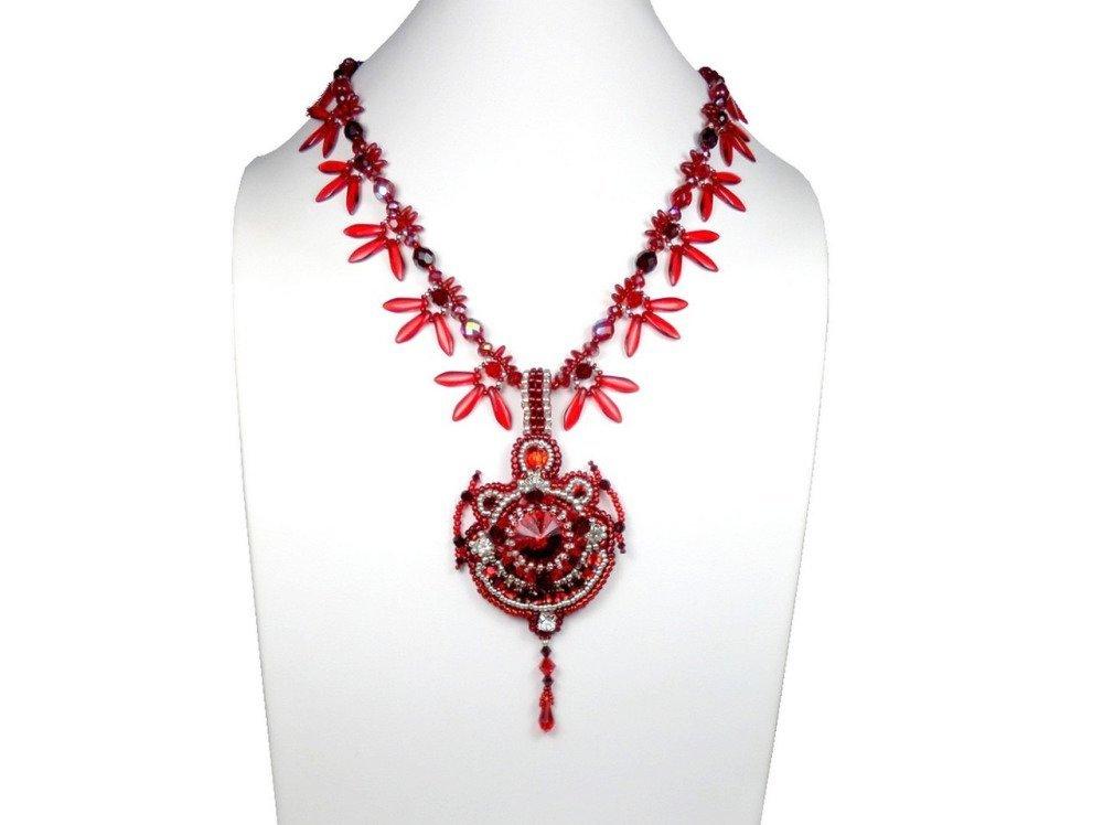 Collier brodé créateur rouge argenté, baroque
