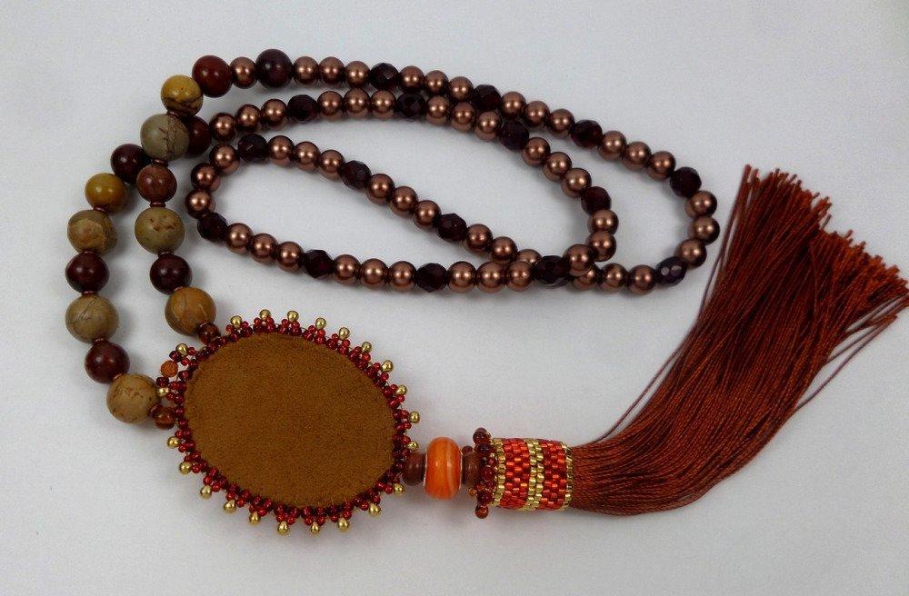 Collier sautoir pendentif brodé créateur jaspe rouge, pompon