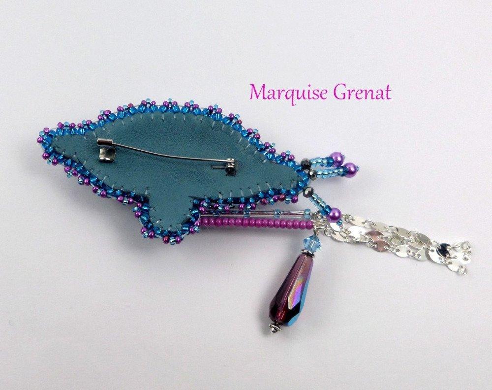 Broche brodée créateur bleu aqua violet glamour