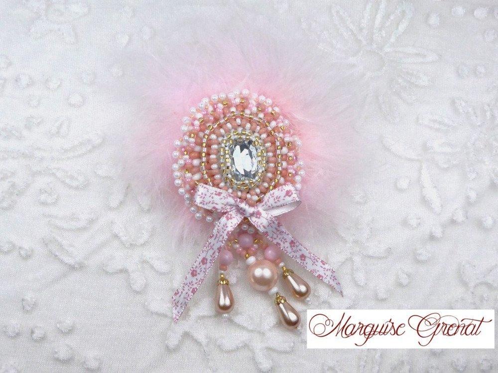 Broche baroque brodée créateur baroque romantique rose et blanche