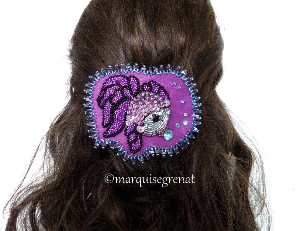 Barrette créateur brodée poisson glamour violet fuchsia noir bleu aqua