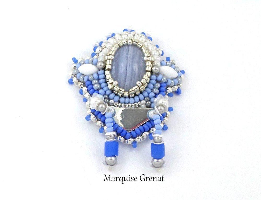 Broche créateur brodée en argent et agate, bleue et blanche