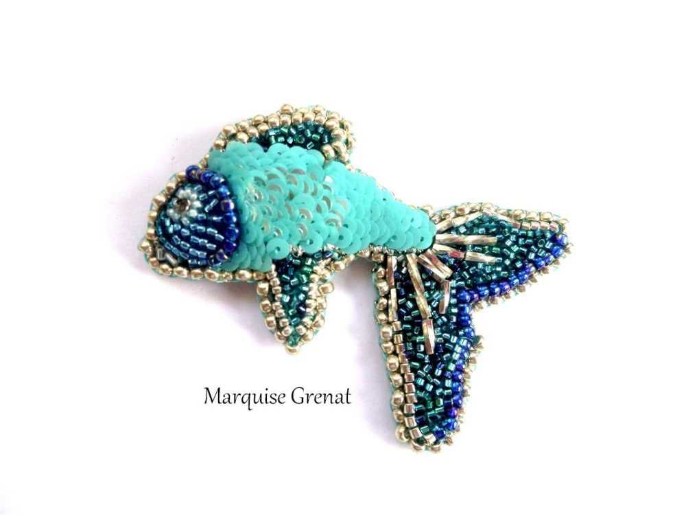 Broche poisson brodée de perles en verre bleu et argent