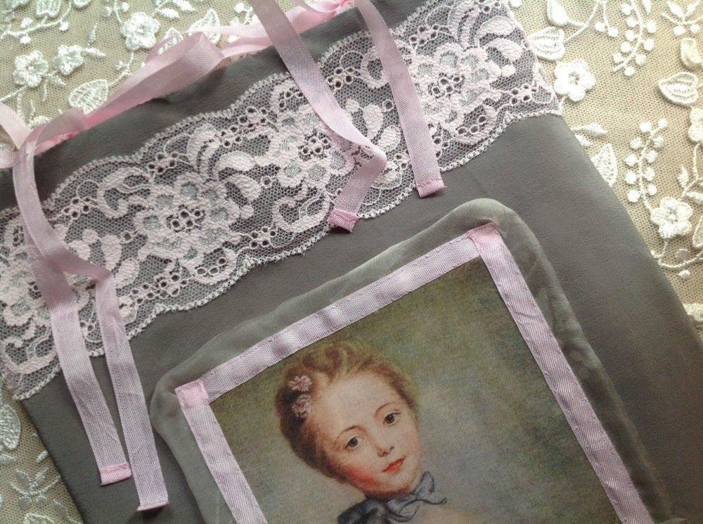 Pochette en soie gris souris avec portrait de belle princesse