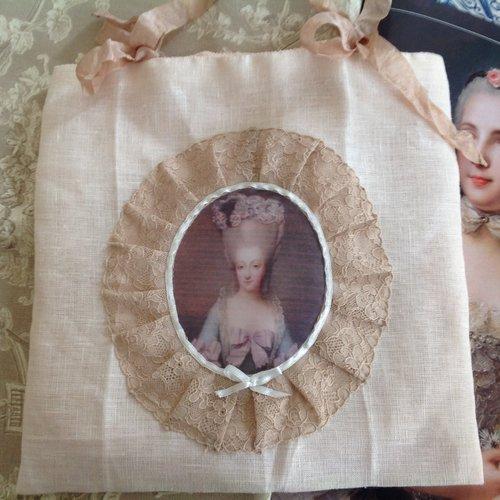 Pochette en lin, satin , dentelle ancienne avec portrait de marquise