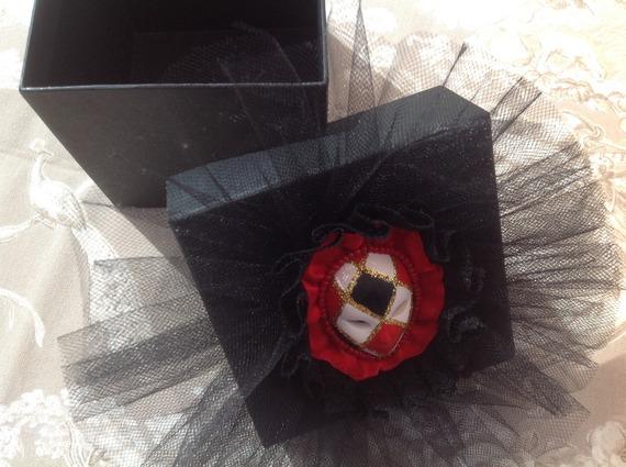 """Boite Cubique noire au couvercle décoré d'un masque vénitien pour la collection """"Carnaval de Venise"""""""