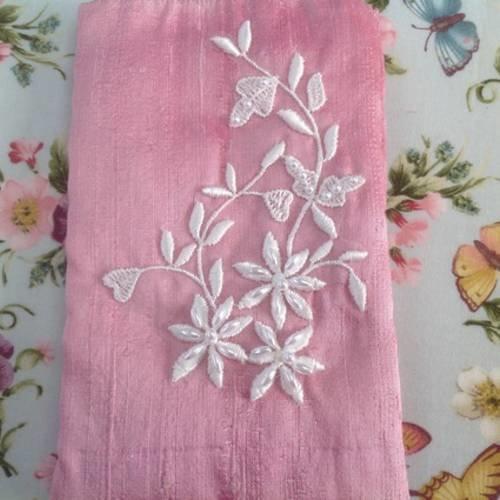 Housse pour smartphone en soie sauvage rose rebrodée