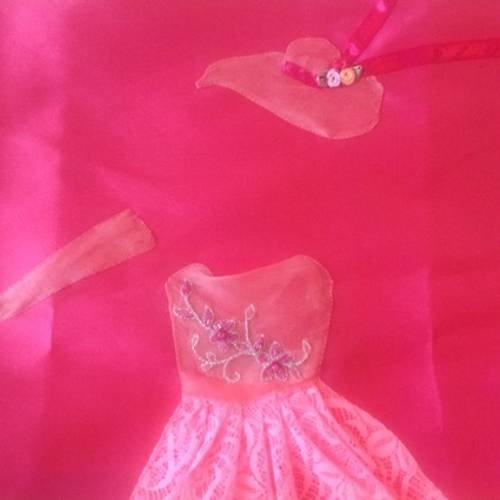 Housse de coussin en soie avec appliqué de dentelle en forme de robe de princesse