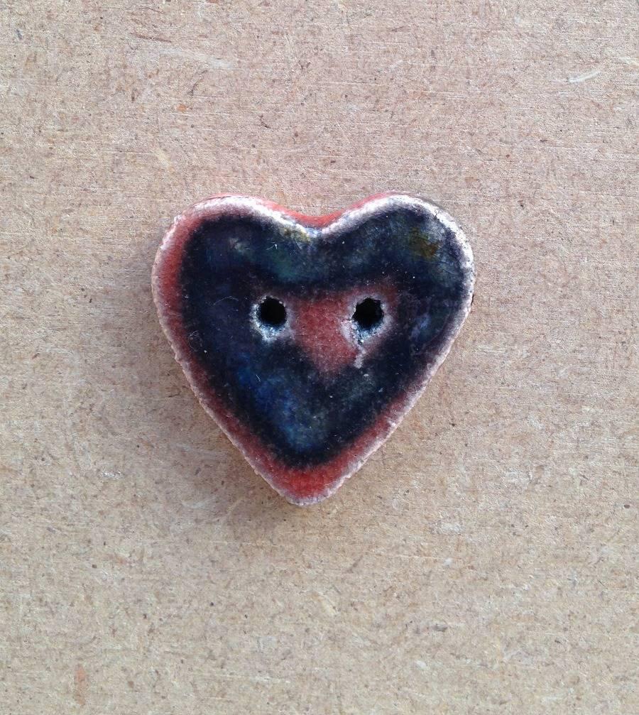 Gros bouton décoratif - céramique raku - coeur noir rouge - 2 trous - pour vos créations textiles ou autres