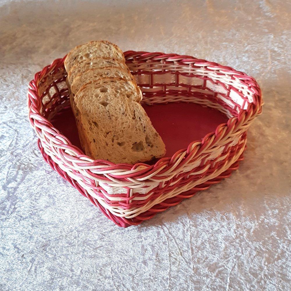 Petite corbeille à pain - corbeille à fruits en forme coeur en rotin couleur naturel et rose