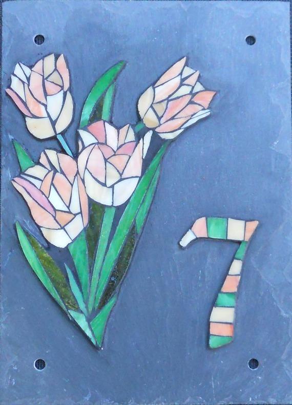 """Plaque numéro de rue """"7 Tulipes"""" - mosaïque en verre- sur ardoise"""