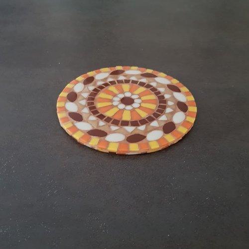Dessous de plat rond mandala jaune orange beige doré et marron en mosaique de pâtes de verre sur  support bois