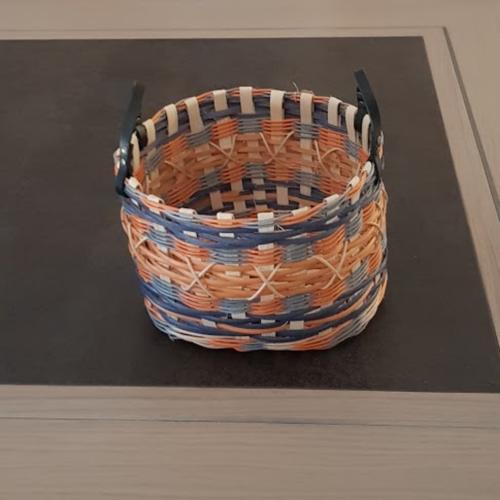 Corbeille ronde - cache pot - en rotin couleur naturel écru orange et bleue - anses en cuir - fait main