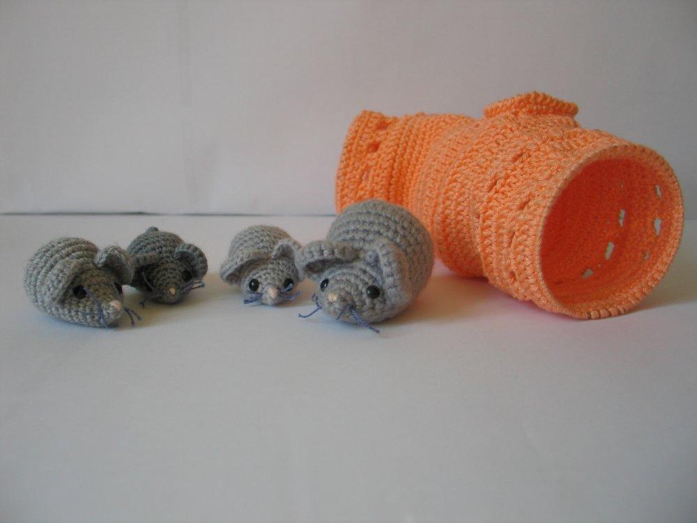 Famille souris et tunnel de jeu, réalisés au crochet