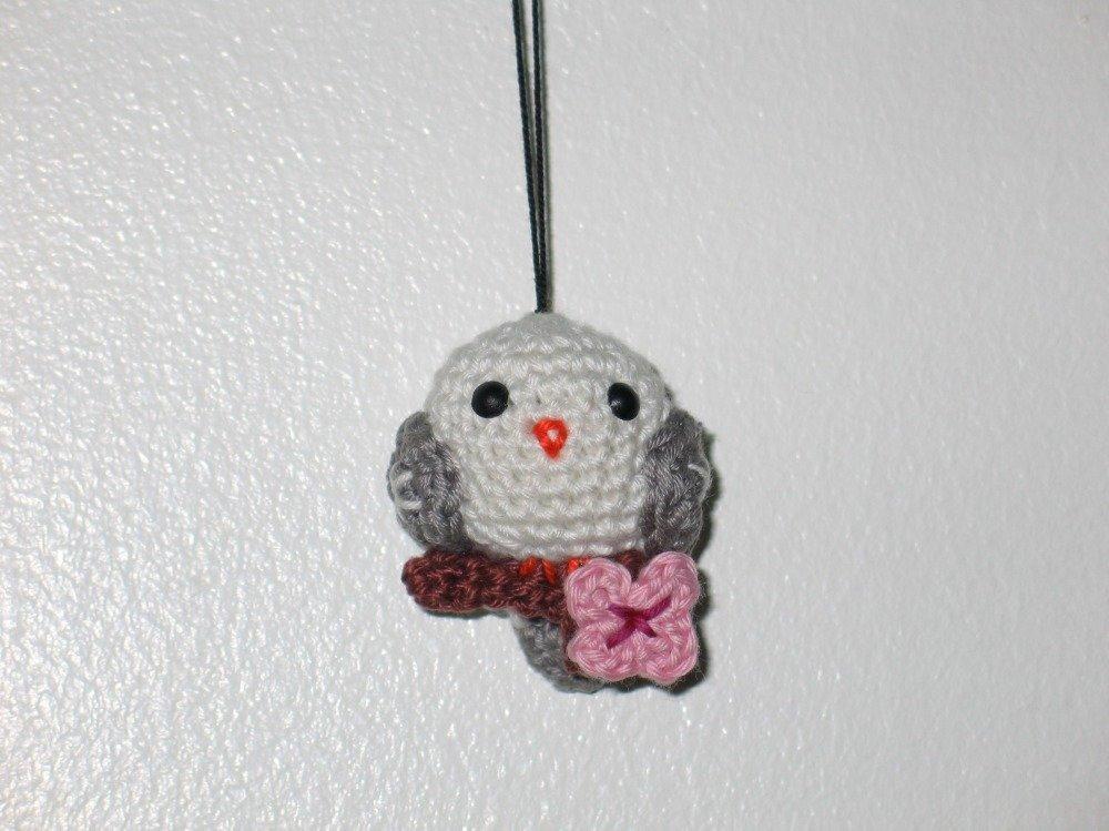 Petit oiseau sur branche de cerisier en fleur