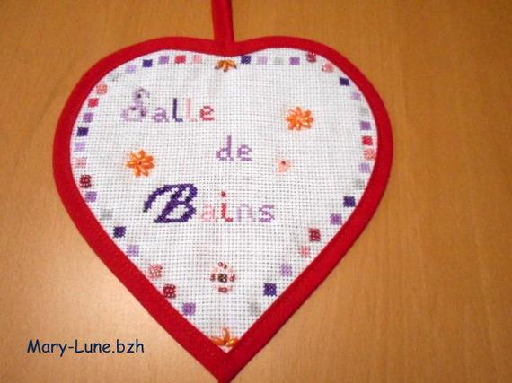 "Coeur plaque de porte brodé main ""Salle de bain"""