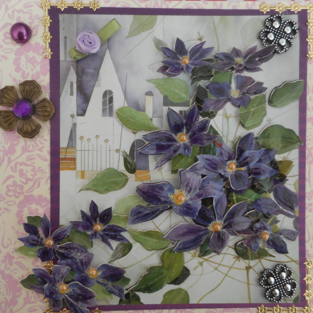 Carte postale en 3D vernie représentant des clématites violettes sur un fond rose au motif paysage.