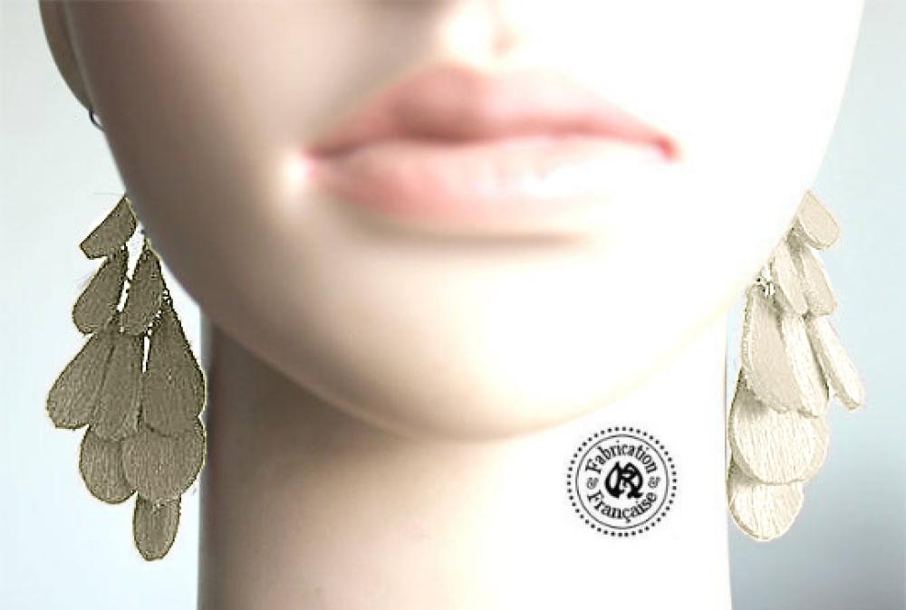 Boucles d'oreilles fantaisie cuir poils vachette écru ivoire style breloques gouttes pampilles