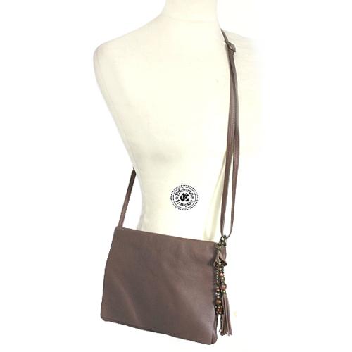 Sac à main pochette modulable en besace en cuir lisse marron taupe avec grigri bijou de sac offert taille 24 x 19 cm