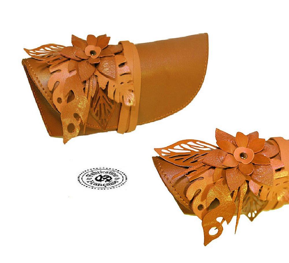 Etui à lunettes en cuir lisse et fleur incrustée en cuir camel taille 19 x 7 cm