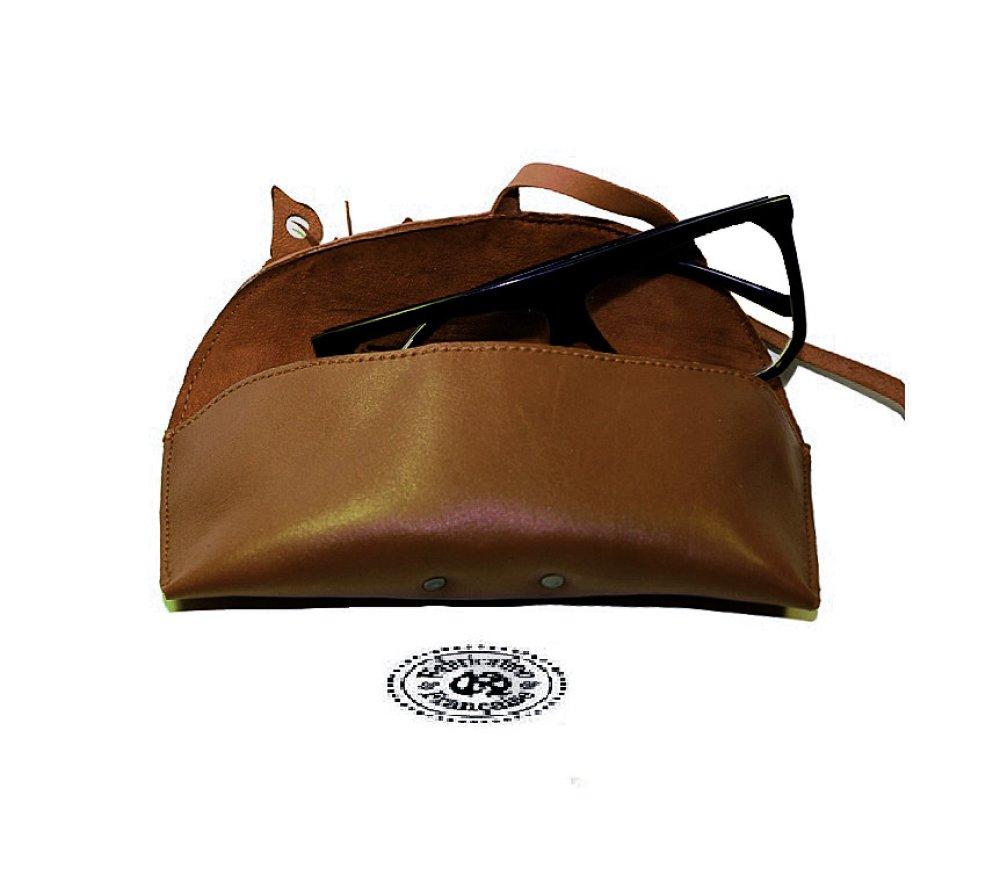 Etui à lunettes en cuir lisse et fleur incrustée en cuir marron chocolat taille 19 x 7 cm