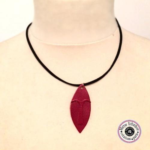 Collier unisexe longueur modulable petit masque design ethnique en cuir couleur au choix noir ou rouge