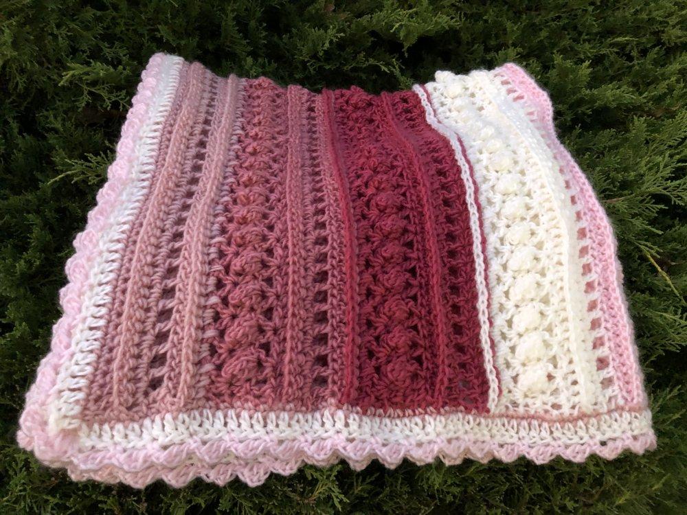 Petite couverture carrée naissance rose fait main