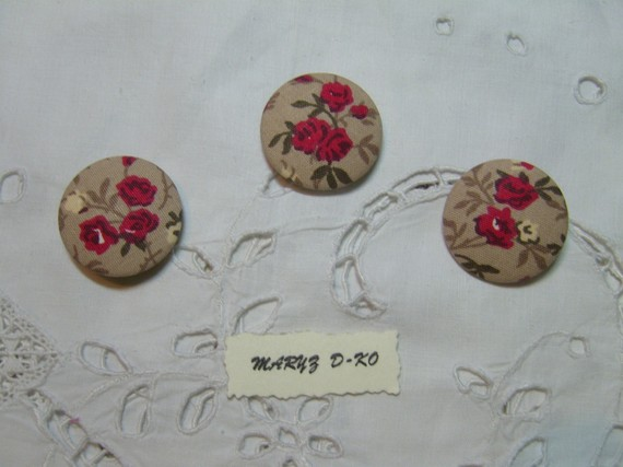 "Trio Boutons recouverts de tissu  "" Roses rouges""  32mm"