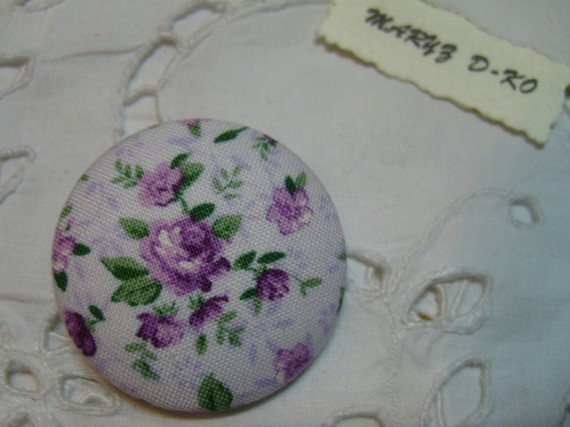 "Gros Bouton tissu  40mm "" Petites roses violettes fond rosé """