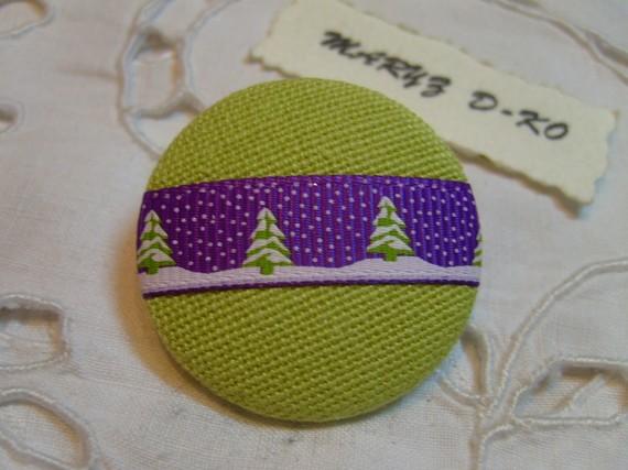 "Bouton tissu 32mm "" Vert anis ruban violet sapins Noel """