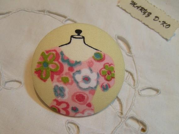 """Bouton tissu 50mm  """" Robe sur Mannequin """" rose fleurie"""