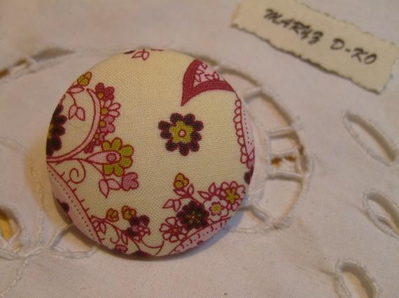 "Bouton tissu 40mm ""Arabesques fleuries fond écru"""