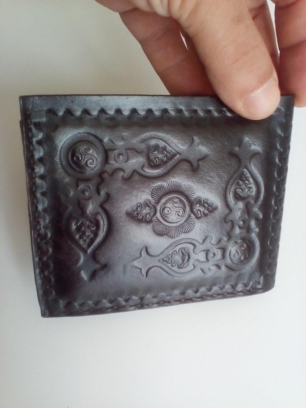 porte feuille en cuir noir avec gravure