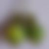 Boucles d'oreilles pendantes. coloris vert anis chiné vert foncé. ultra légères
