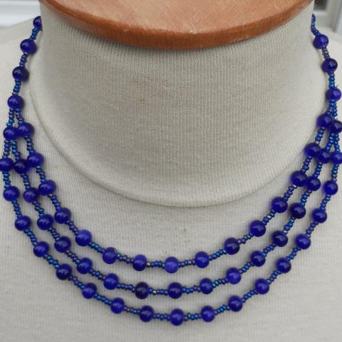 Collier ras de cou 3 rangs, bleu outremer avec perles de rocailles et perles de verre rondes