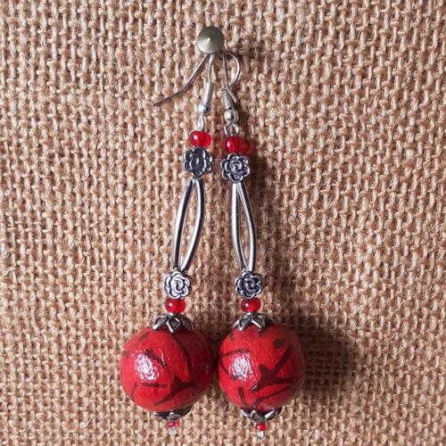 Boucles d'oreilles pendantes rouge, noir et métal argenté, avec perles faites main, ultra légères.