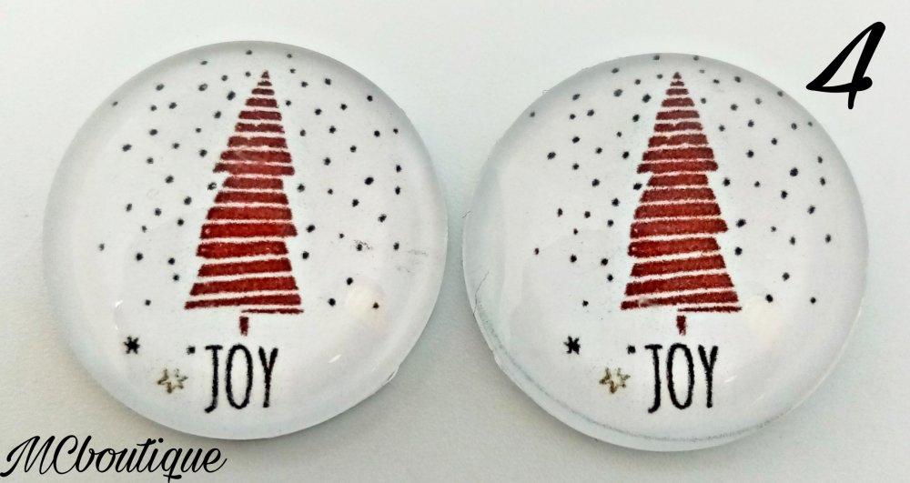 2 cabochons ronds en verre 25mm sapin de Noël enneigé