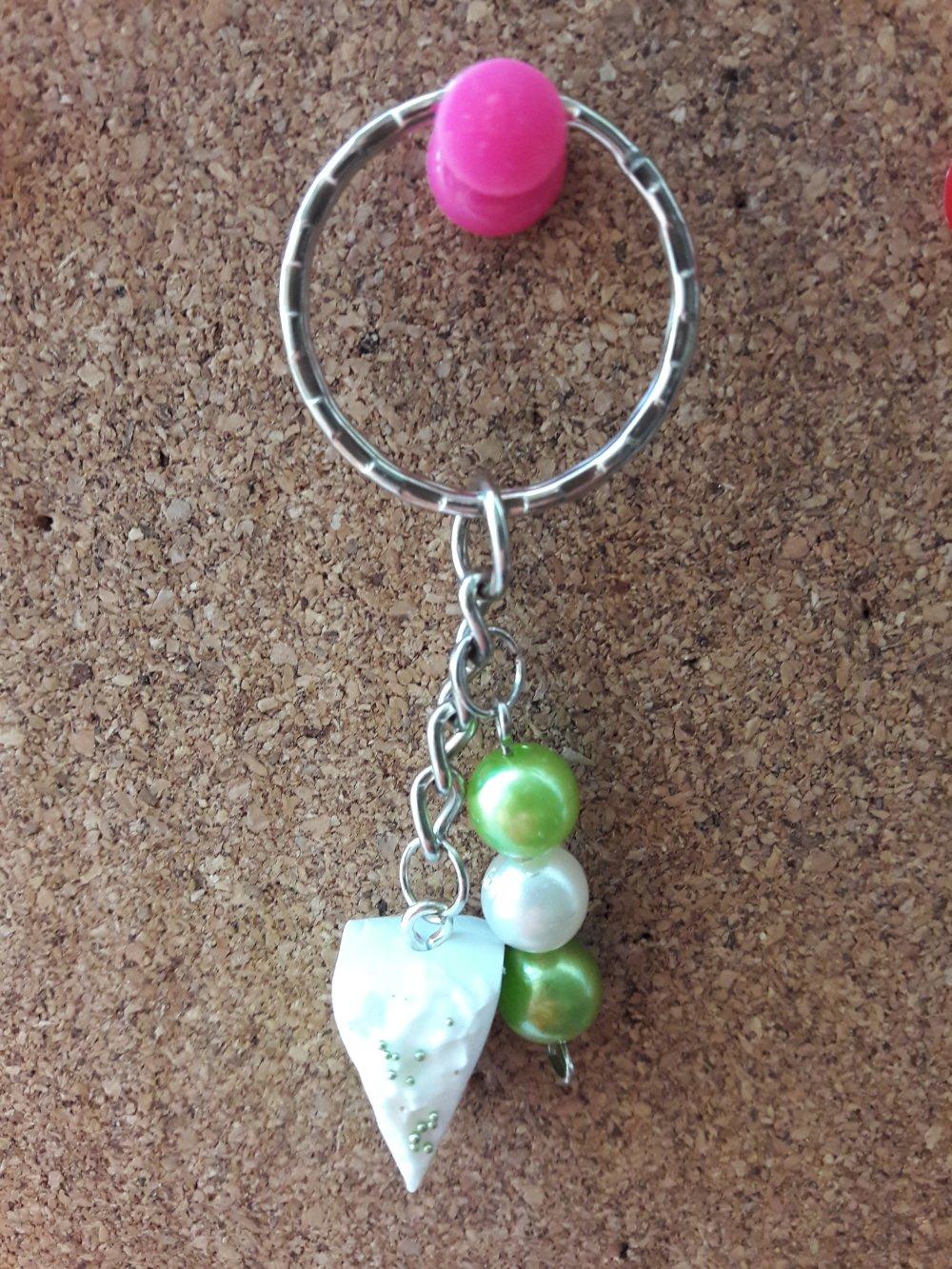 Porte clés gâteau et perles vertes
