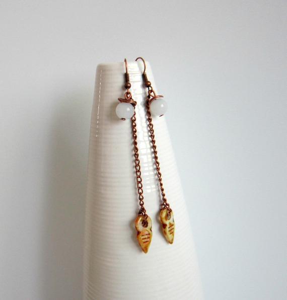 Boucles d'oreilles cuivre longues, pointe de flèche en verre tchèque ocre, perle en verre opaque blanc