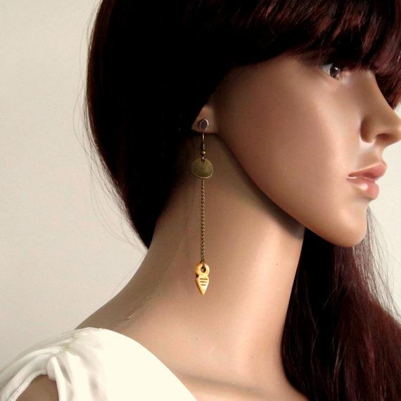 Boucles d'oreilles ethniques modernes bronze pendantes, pointe de flèche en verre tchèque ocre, sequin bronze