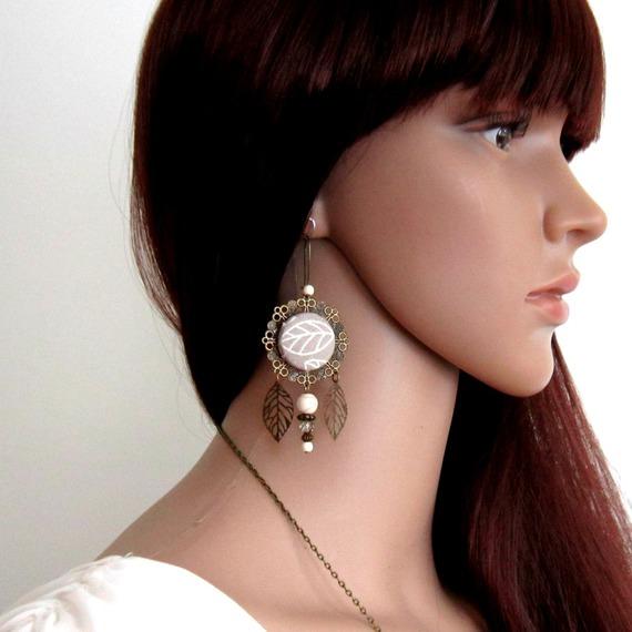 Boucles d'oreilles boho, bohème chic, bronze, taupe et blanc, feuilles, cabochon en coton taupe à motif feuille