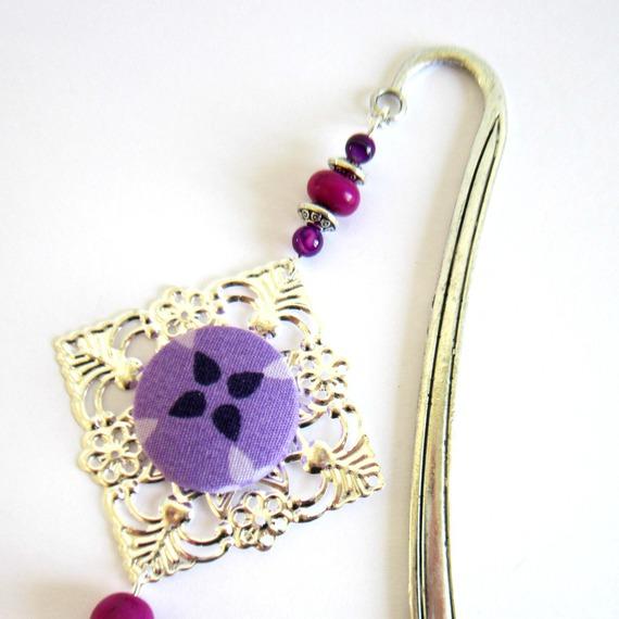 Marque-page violet et argenté, bohème chic, cabochon tissu, pompon fait main
