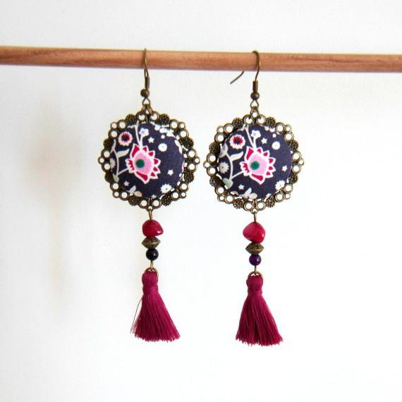 Boucles d'oreilles bohème folk violet, fuchsia, bronze, cabochon tissu, pompon fait main