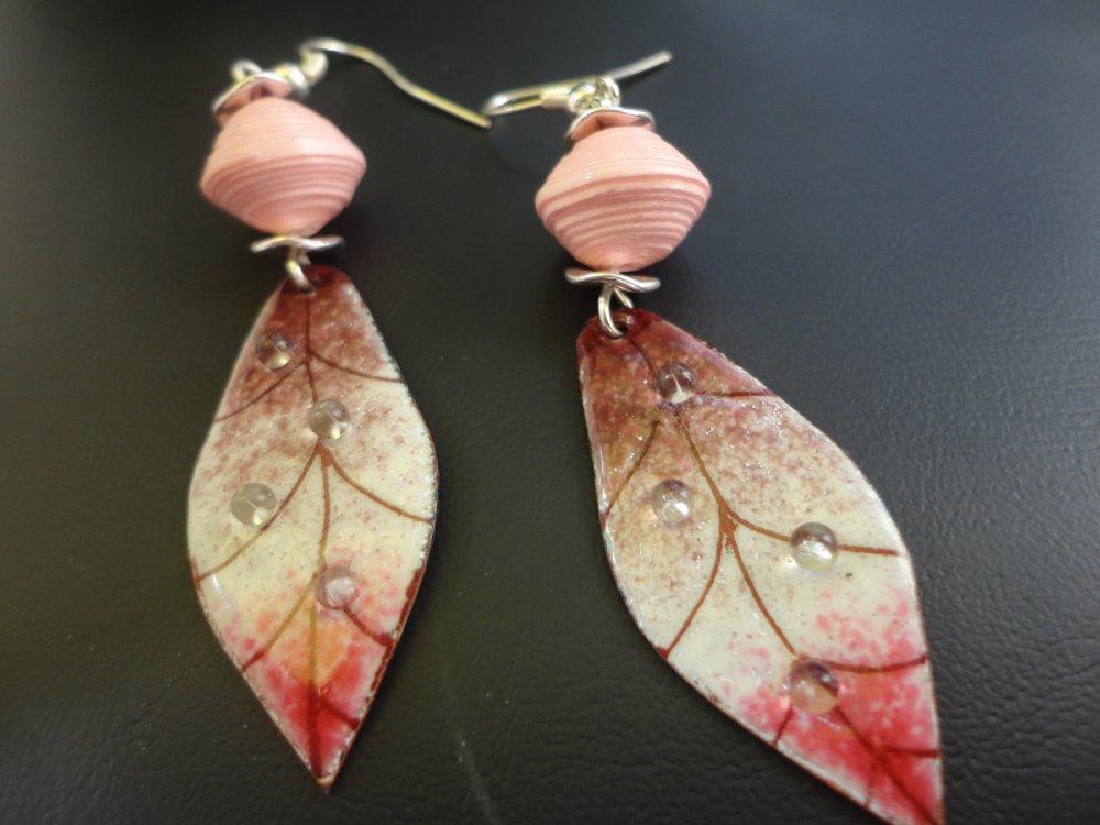 Boucles cuivre émaillé et perle de papier.. Artisanales..