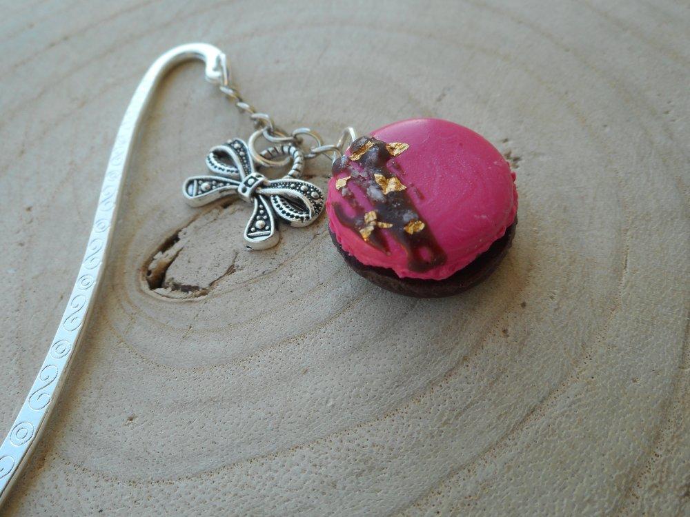 Marque page macaron fuchsia pépites dorées fimo