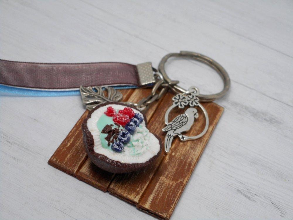 Porte clé Coco bol bleu et fruits pâte polymère fimo